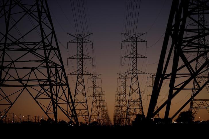 © Reuters. Linhas de transmissão de energia
