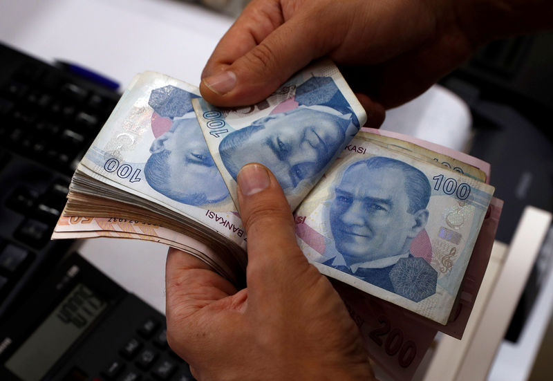 © Reuters. A money changer counts Turkish lira banknotes at a currency exchange office in Istanbul