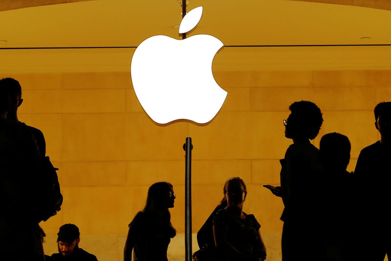 © Reuters. Customers walk past an Apple logo inside of an Apple store at Grand Central Station in New York