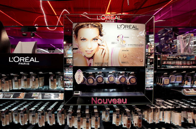© Reuters. FILE PHOTO: A cosmetic display of French cosmetics group L'Oreal is seen at a Carrefour hypermarket in Nice