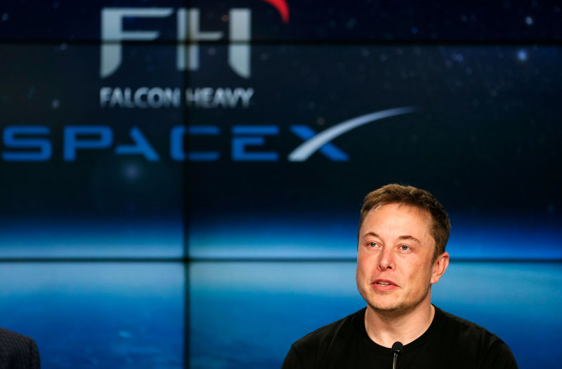 © Reuters. FILE PHOTO: SpaceX founder Musk speaks at a press conference following the first launch of a SpaceX Falcon Heavy rocket in Cape Canaveral