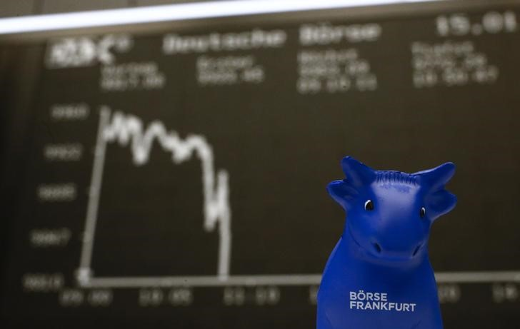 © Reuters. A plastic bull figurine, symbol of the Frankfurt stock exchange is pictured in front of the German share price index DAX board at the Frankfurt stock exchange