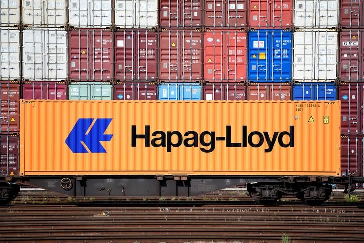 © Reuters. FILE PHOTO A Hapag-Lloyd container is pictured at a loading terminal in the port of Hamburg