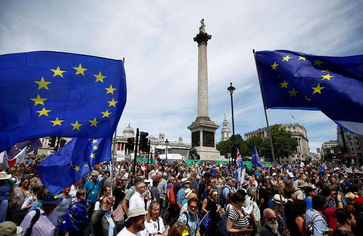 © Reuters. EU supporters, calling on the government to give Britons a vote on the final Brexit deal, walk through Trafalgar Square in the 'People's Vote' march in central London