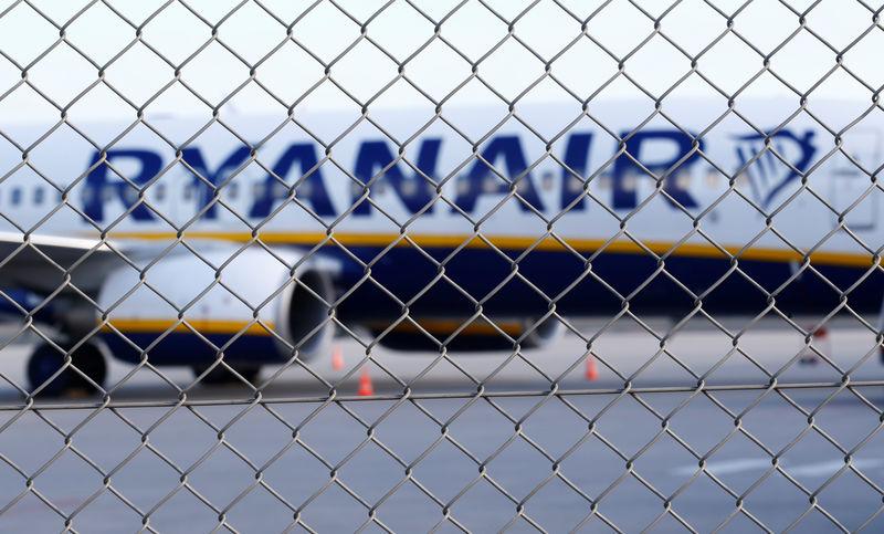 © Reuters. Un aereo Ryanair oggi in pista a Weeze, in Germania