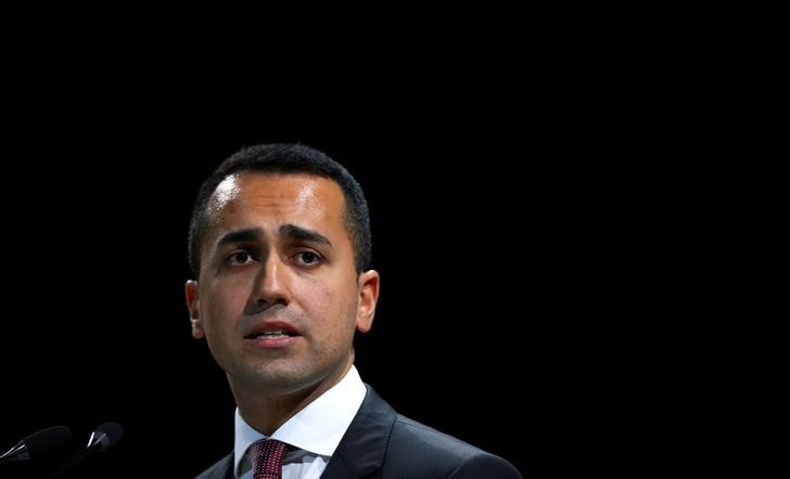 © Reuters. FILE PHOTO: FILE PHOTO: Italian Minister of Labor and Industry Luigi Di Maio speaks at the Italian Business Association Confcommercio meeting in Rome