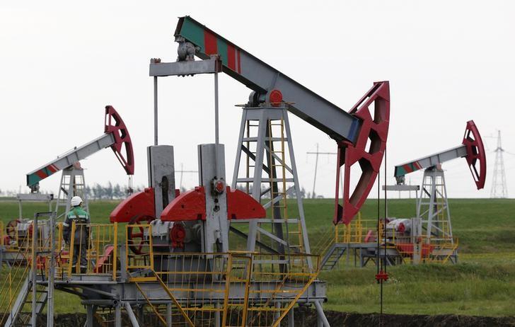 © Reuters. Нефтяные станки-качалки на Бузовьязовском месторождении в Башкирии
