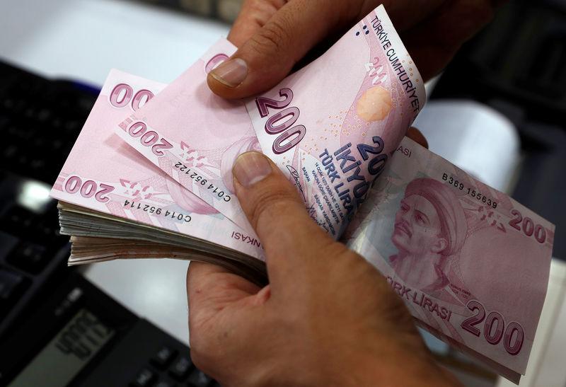 © Reuters. أردوغان يدعو الأتراك لشراء الليرة من أجل