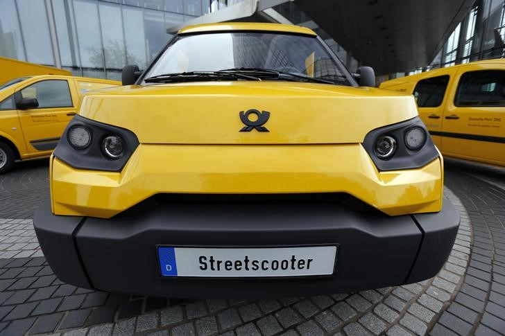 © Reuters. A DHL StreetScooter zero-emission E-car is pictured in Bonn