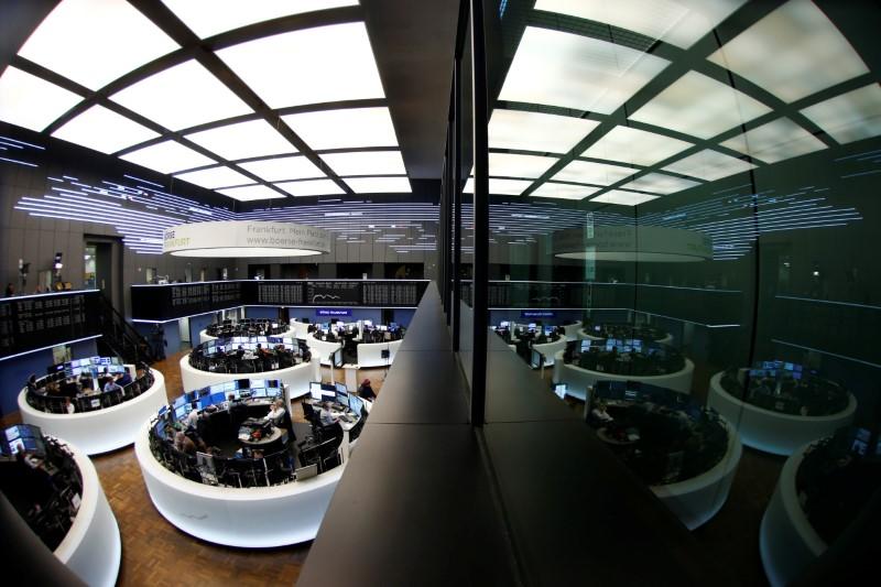 © Reuters. LES BOURSES EUROPÉENNES ONT TERMINÉ EN NETTE BAISSE VENDREDI