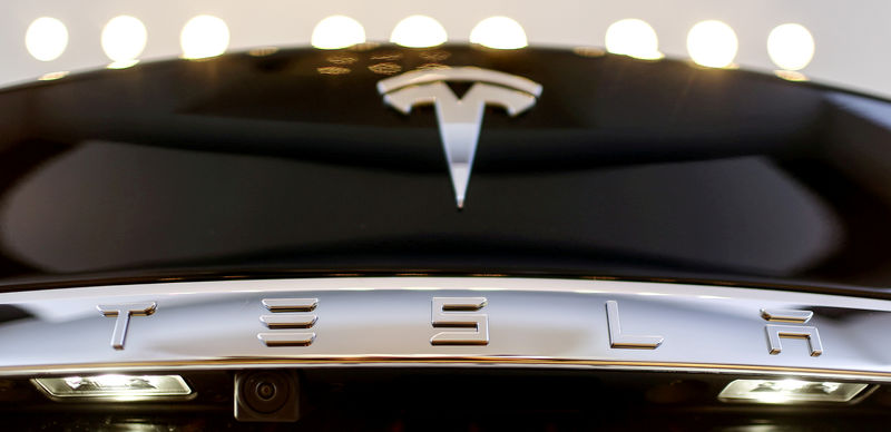 © Reuters. FILE PHOTO: A Tesla logo adorns a 'Model S' car in the dealership in Berlin