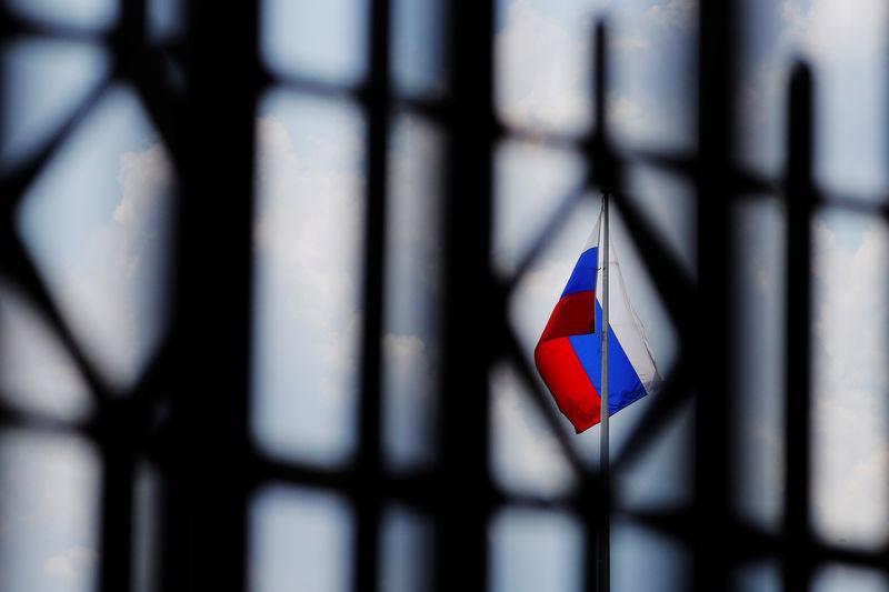 © Reuters. Флаг РФ на территории российского посольства в Вашингтоне