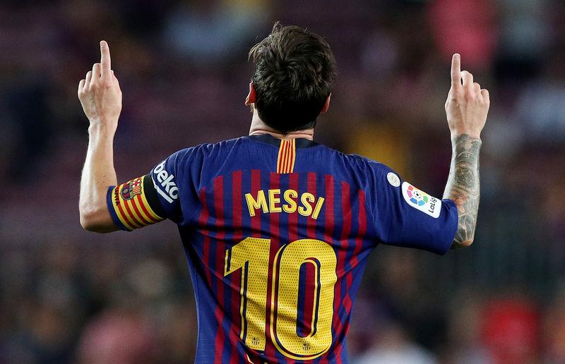 Un tiro libre de Messi ayuda al Barca a vencer al Alavés en el inicio de la Liga española