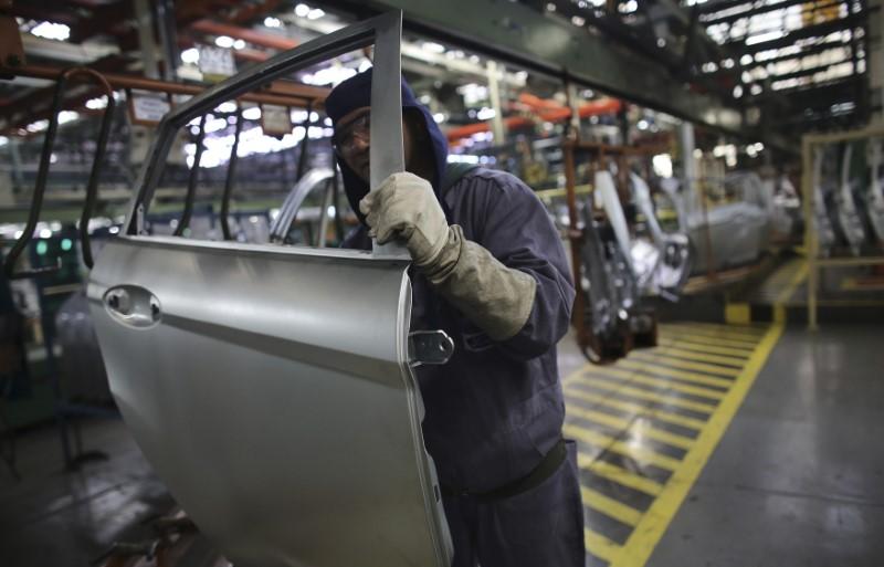 © Reuters. Funcionário trabalha em fábrica automobilística em São Bernardo do Campo, São Paulo