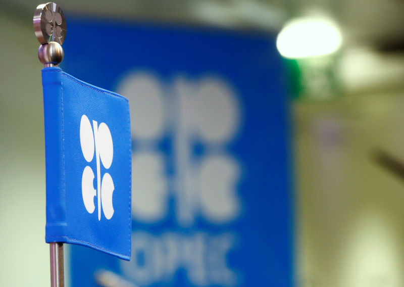 © Reuters. The OPEC flag and the OPEC logo are seen before a news conference in Vienn