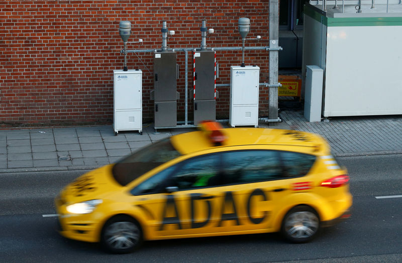 © Reuters. A breakdown service car of German car club ADAC passes the respirable dust measuring station at Neckartor in Stuttgart,