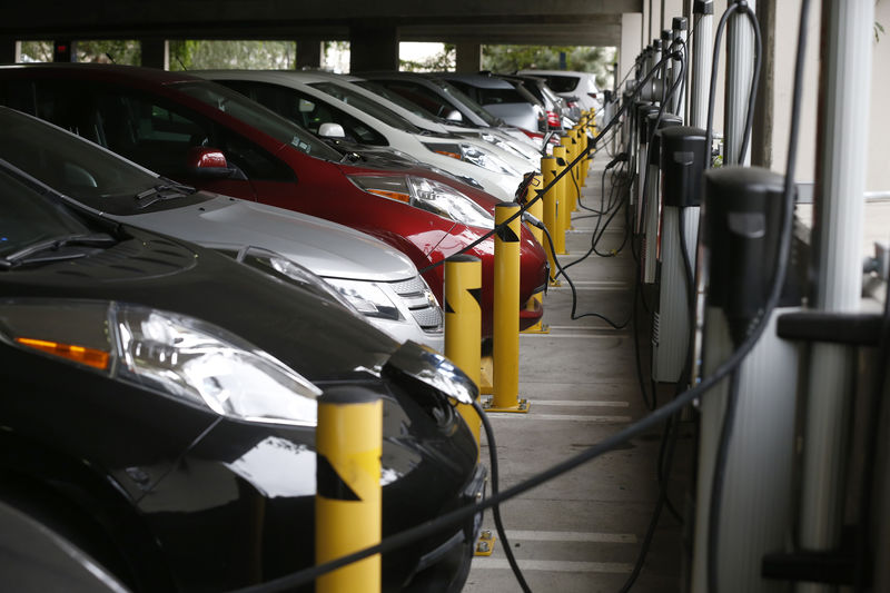 © Reuters. Electric cars sit charging in a parking garage at the University of California, Irvine