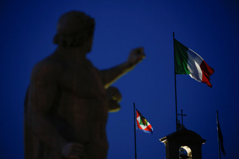 © Reuters. FILE PHOTO:  The Italian flag waves over the Quirinal Palace in Rome