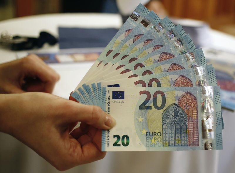 © Reuters. New 20 Euro banknotes are presented at the Austrian national bank in Vienna