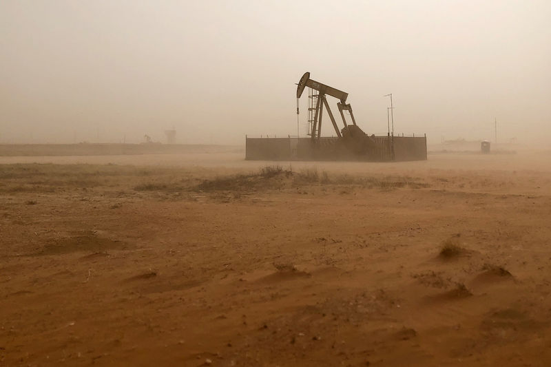 © Reuters. Pump jack lifts oil out of well during sandstorm in Midland