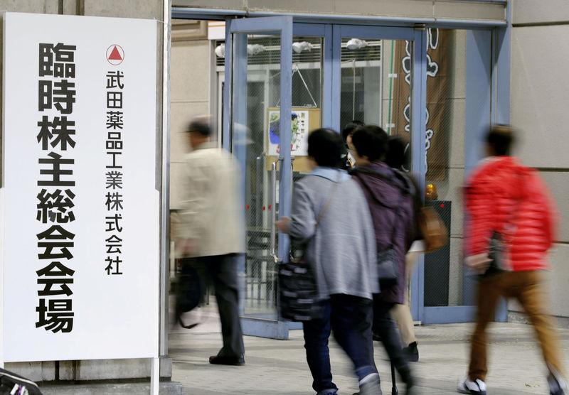 © Reuters. Shareholders of Takeda Pharmaceutical enter the venue of their shareholders' meeting in Osaka