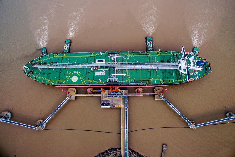 © Reuters. FILE PHOTO: Oil tanker unloads crude at a terminal in Zhoushan