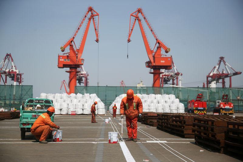 © Reuters. FOTO DE ARCHIVO: Puerto de Qingdao