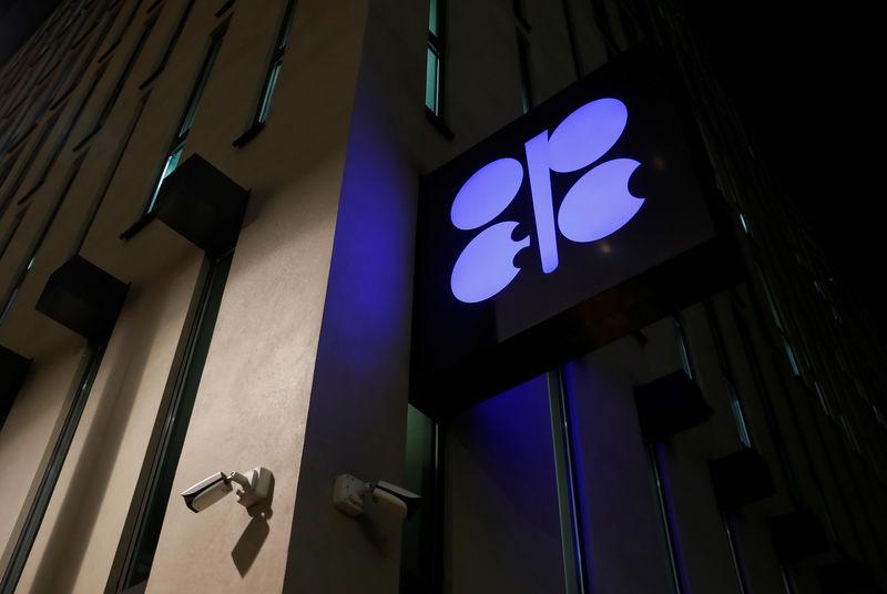 © రాయిటర్స్. OPEC యొక్క చిహ్నం వియన్నాలో OPEC యొక్క ప్రధాన కార్యాలయం వద్ద కనిపిస్తుంది