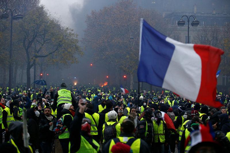 © Reuters. Участники акции протеста против повышения топливного налога в Париже