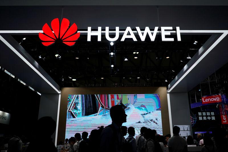 © Reuters. Логотип Huawei на международной выставке потребительской электроники CES Asia 2018 в Шанхае