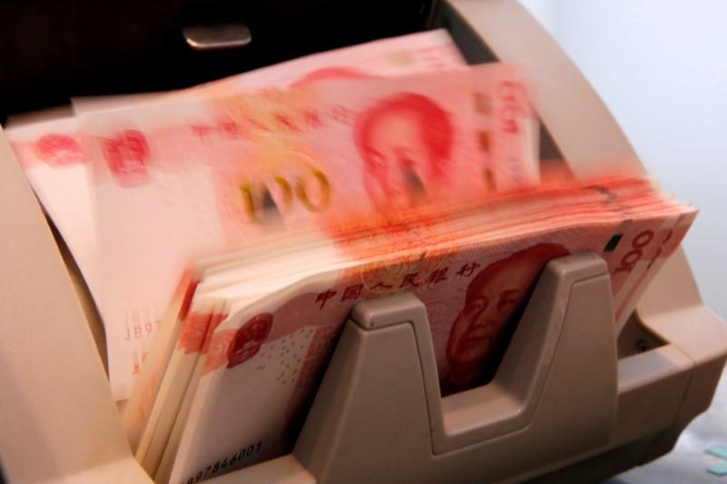 © Reuters. Банкноты китайского юаня в отделении банка в Пекине