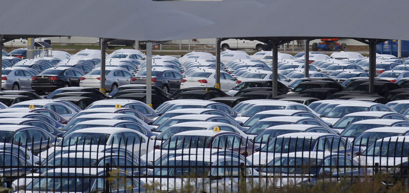 © Reuters. FILE PHOTO: Cars at the Volkswagen Chattanooga Assembly Plant in Chattanooga