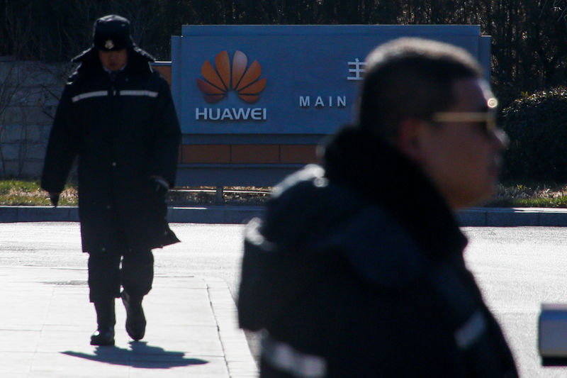 © Reuters. Security officers guard the gate to the compound of the Huawei office in Beijing