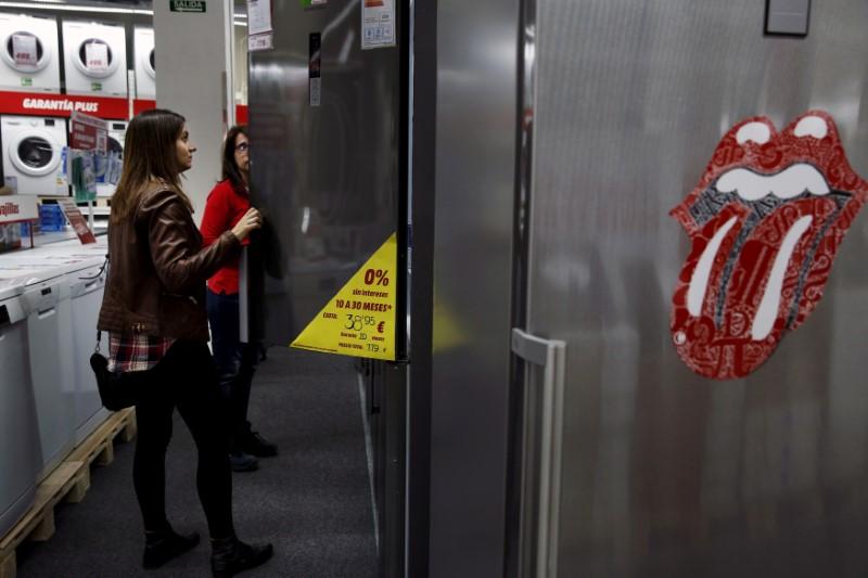 © Reuters. FOTO DE ARCHIVO: Una mujer compra una nevera en una tienda en Madrid