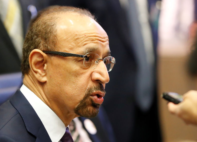 © Reuters. Saudi Arabia's Oil Minister al-Falih talks to journalists at the beginning of an OPEC meeting in Vienna