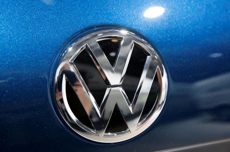© Reuters. El logo de Volkswagen en un vehículo exhibido durante su reunión anual de accionistas en Berlín