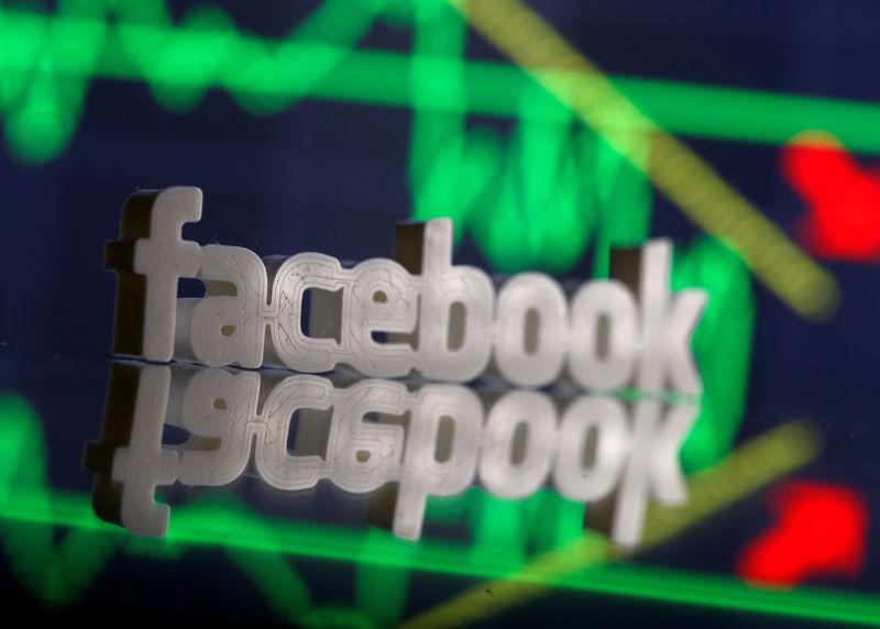 © Reuters. Ilustración fotográfica del logo de Facebook junto a gráficos bursátiles