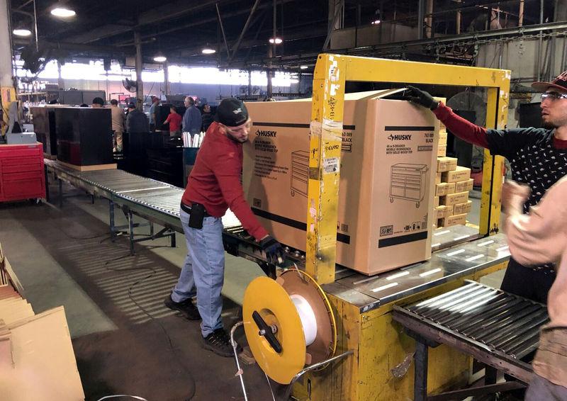 © Reuters. طلبيات المصانع الأمريكية تسجل أكبر انخفاض في أكثر من عام