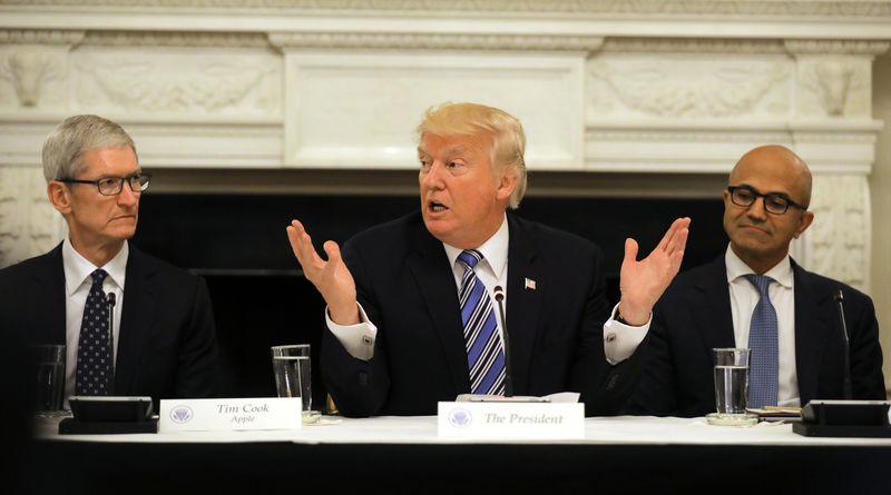 © Reuters. U.S. President Donald Trump participates in an American Technology Council roundtable at the White House in Washington, U.S.