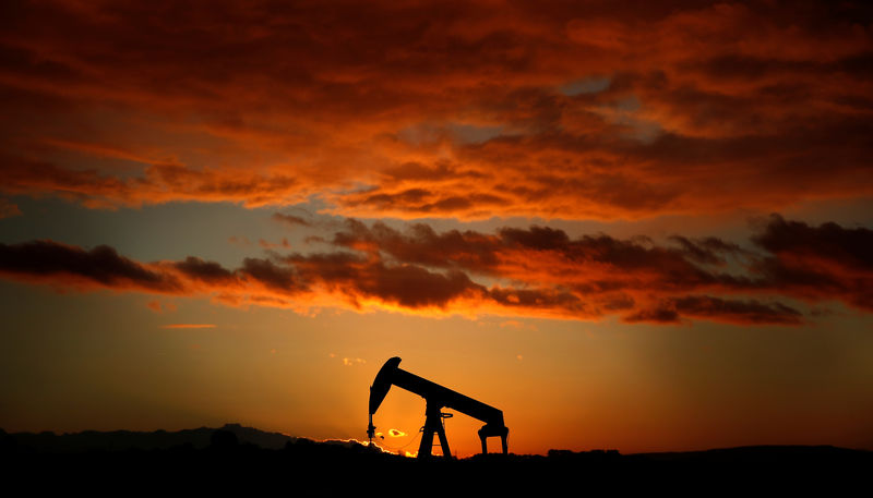 © Reuters. A pumpjack is seen at sunset outside Scheibenhard, near Strasbourg