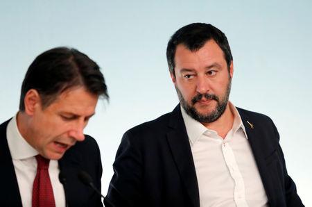 © Reuters. Il premier Giuseppe Conte (a sinistra) con il vicepremier Matteo Salvini