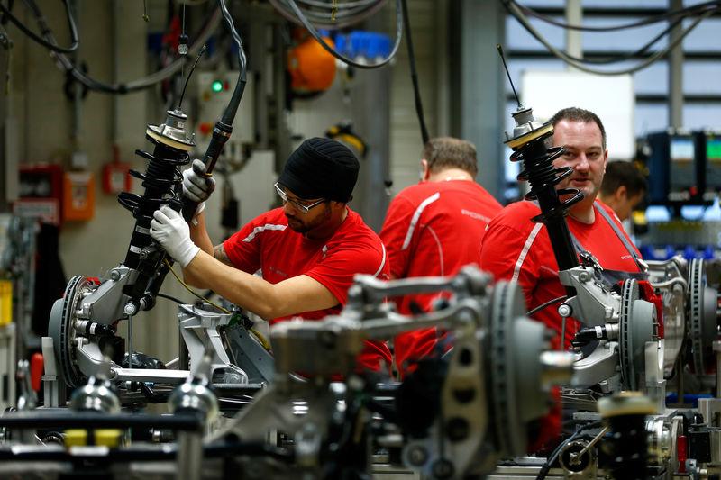 © Reuters. Employees of German car manufacturer Porsche work chassis at the Porsche factory in Stuttgart-Zuffenhausen