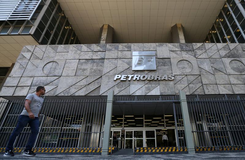 © Reuters. Entrada do edifício-sede da Petrobras no centro do Rio de Janeiro
