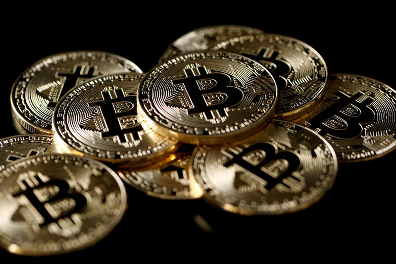 © Reuters. FILE PHOTO: A collection of Bitcoin (virtual currency) tokens are displayed in this picture illustration