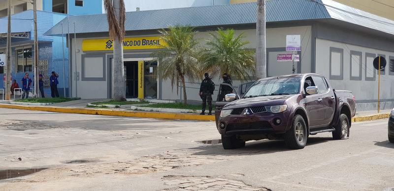 © Reuters. Policiais em frente a agência do Banco do Brasil que foi alvo de tentativa de assalto em Milagres, no Ceará