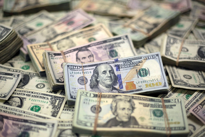 © Reuters. Долларовые банкноты