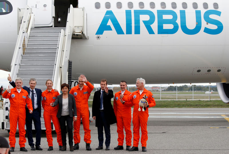 © Reuters. FILE PHOTO: Pilots celebrate with Guillaume Faury, President of Airbus Commercial Aircraft, after landed an Airbus A330-800 aircraft during a flight event presentation in Colomiers near Toulouse