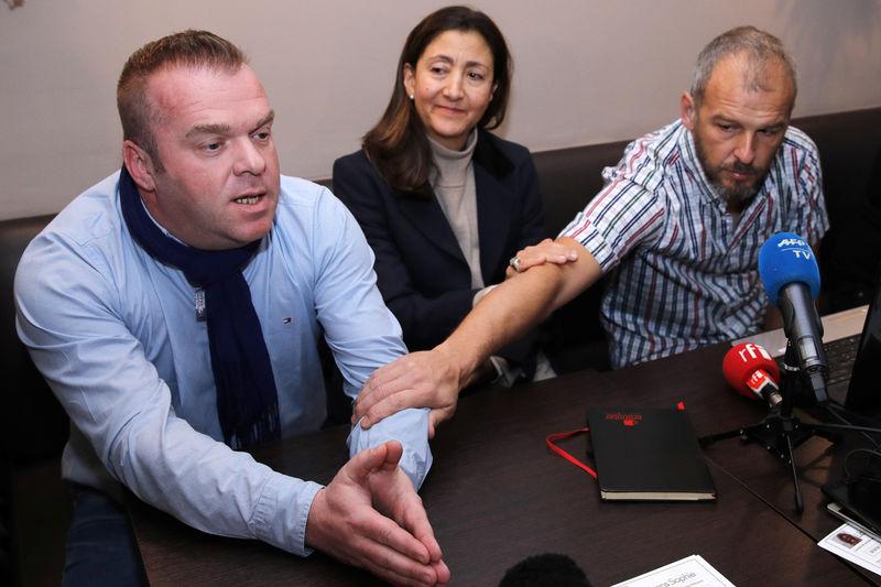 © Reuters. LA FAMILLE DE SOPHIE PÉTRONIN APPELLE MACRON À DIALOGUER POUR LA SAUVER