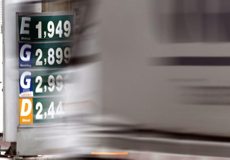 © Reuters. Caminhão passa por placa com preço de combustíveis