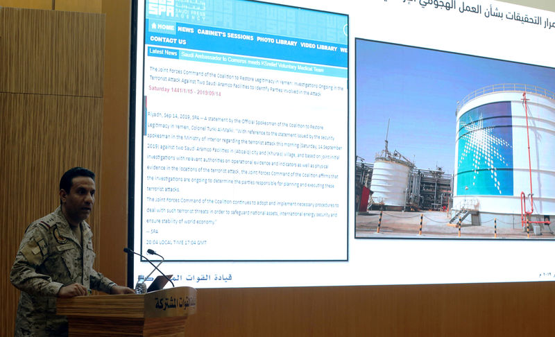 © Reuters. Official spokesperson for the Saudi-led coalition fighting in Yemen, Colonel Turki Al-Malik, displays on a screen an Aramco oil facility during a news conference, in Riyadh